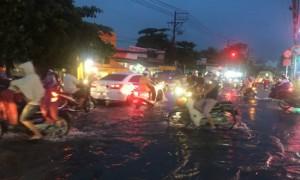 TIN SÀI GÒN: Mưa lớn kéo dài, đường phố chìm trong biển nước
