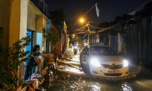 TP HCM: Nước dâng ngập lút bánh xe trên nhiều tuyến đường