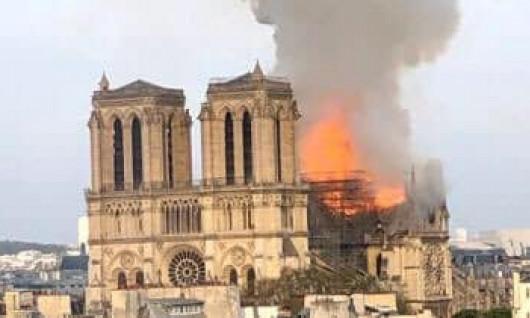 THÁP CHUÔNG & MÁI NHÀ THỜ ĐỨC BÀ PARIS ĐỔ SẬP HOÀN TOÀN VÌ HỎA HOẠN
