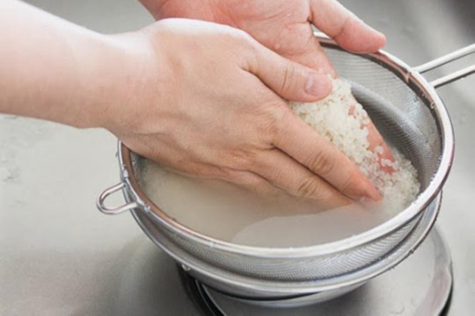 Chú ý vệ sinh khi vo gạo